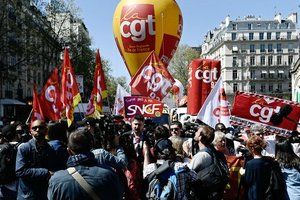 Массовая забастовка чиновников во Франции: отменяют 20% авиарейсов