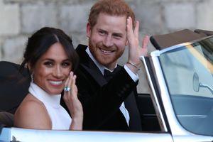 Принц Гарри и Меган Маркл на серебристом Jaguar отправились на завершающую свадебную вечеринку: фото