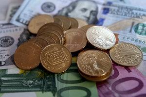 Курс евро в Украине ушел в пике, доллар стал дешевле