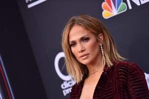Кожаные ботфорты и откровенное декольте: Дженнифер Лопес на Billboard Music Awards