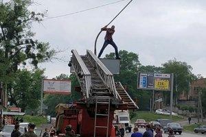 В Харькове мужчина угрожал прыгнуть со светофора, если его не починят