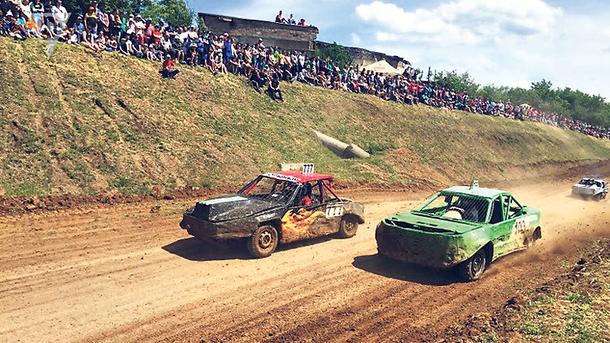 На гонки. Пришли посмотреть тысячи зрителей. Фото: rudana.com.ua