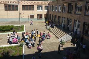 Неизвестное вещество распылили в школе Николаева: 32 ребенка в больнице