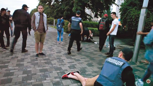 Побоище. Парней на Набережной разнимали шесть патрулей. Фото: dp.informator.ua