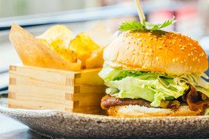 Рецепт для пикника: сочные чизбургеры на гриле