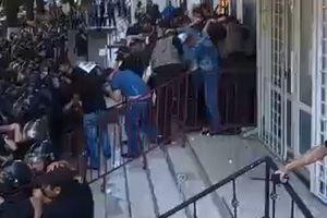 В Одессе сотня активистов забросали яйцами офис бизнесмена: видео