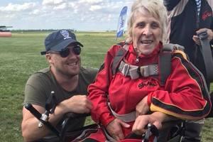 Украинская пенсионерка в инвалидной коляске спрыгнула с парашютом