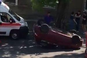 В Одессе перевернулось красное авто: за рулем была дама (видео)