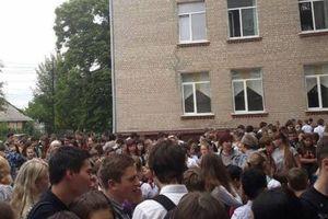 В школе Харькова распылили неизвестное вещество: детей увозят скорые