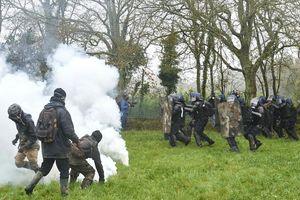 Во Франции участнику протестов оторвало руку гранатой