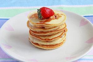 Идея для летнего завтрака: панкейки с клубникой и ванилью