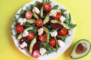 Вкусно и полезно: салат из рукколы, авокадо и свеклы