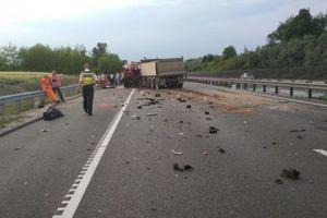 """ДТП в Венгрии: микроавтобус """"лоб в лоб"""" столкнулся с грузовиком, погибли девять иностранцев"""