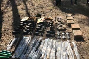 В лесу под Днепром нашли крупный тайник армейских мин и гранат: опубликованы фото