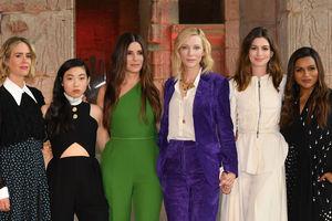 """Смех до слез: звезды фильма """"8 подруг Оушена"""" весело провели время на фотоколле в Нью-Йорке"""