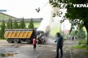 В Дрогобыче посреди улицы на ходу загорелся груженый КамАЗ