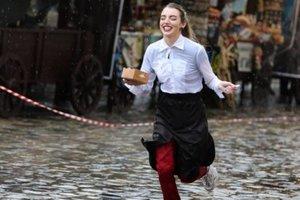 """Во Львове прошли """"гонки"""" между официантами:  кто первым принесет заказ"""