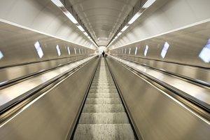 """В киевском метро эскалатор """"зажевал"""" пятилетнего ребенка"""