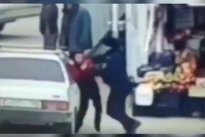 В России полицейский избил невнимательного подростка
