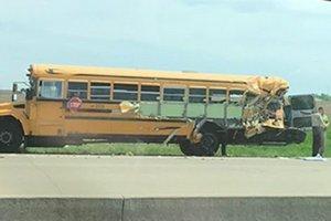 В США грузовик протаранил школьный автобус: пострадали десятки детей