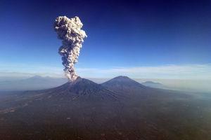 """Опасный вулкан в Индонезии """"выплюнул"""" столб пепла и дыма высотой шесть километров"""