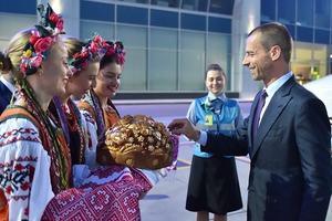 Президента УЕФА в Киеве встретили с хлебом и солью