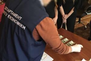 """Две тысячи долларов """"за место"""" пожарного: в Хмельницкой области задержали взяточника"""