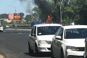 На трассе под Киевом загорелся автомобиль