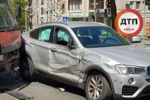 В Киеве грузовик протаранил BMW: в салоне легковушки были дети