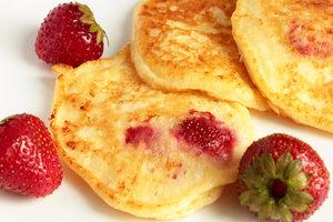 Что приготовить на завтрак детям: творожные оладьи с клубникой