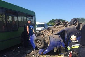 В Харьковской области столкнулись автобус и легковушка: есть погибший
