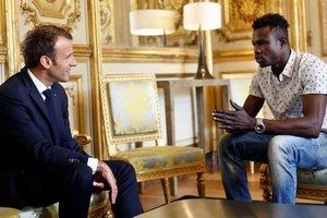 Макрон лично поблагодарил иммигранта из Мали за спасение ребенка в Париже