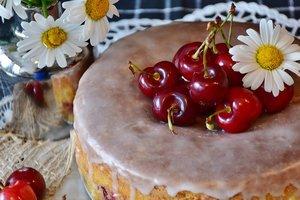 Как приготовить бисквитный торт с черешней и сливочным кремом