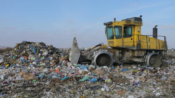 Загрязнение. Если из всего объема отходов, которые накопила Украина, построить гору, то она будет выше Эвереста — 10 километров