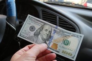 Доллар в Украине стал чуть дешевле, а евро резко подорожал