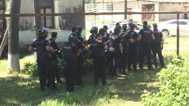 НаОдесчине активисты подрались сполицейскими из-за перевыборов, пострадали 13 правоохранителей
