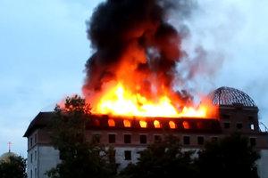 В Каменеце-Подольском в здании гостиницы вспыхнул масштабный пожар: фото и видео