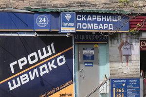 Украинцы стали массово нести свои вещи в ломбарды