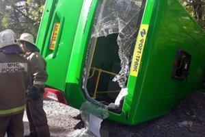 В Екатеринбурге автобус упал в кювет - пострадали люди