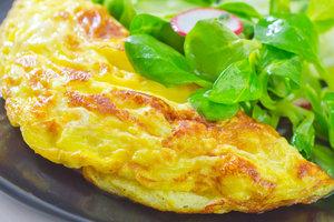 Что приготовить на завтрак: ТОП-3 рецепта омлета