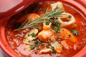Идея для обеда: томатный суп с морепродуктами и пастой