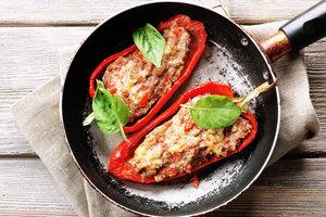 Идея для обеда: фаршированный перец с куриным фаршем и беконом
