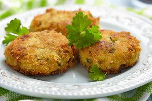 Идея для ужина: рыбные котлеты с летними овощами