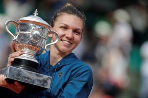 Симона Халеп и ее трофей: яркие кадры награждения Ролан Гаррос