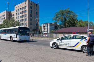 В Днепре женщина головой разбила лобовое секло автобуса