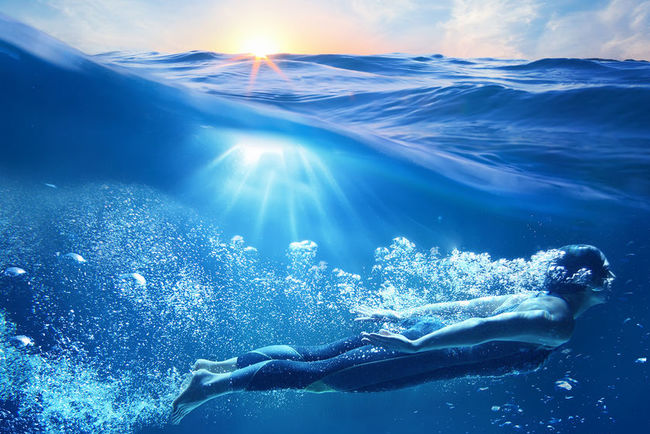 Человек может дышать под водой. Фото: wallpapers.99