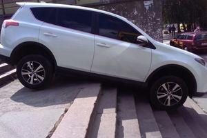 В Киеве Toyota застряла на ступеньках возле кинотеатра