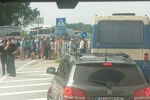 Во Львовской области из-за мусора более двух часов перекрыта трасса Киев-Чоп