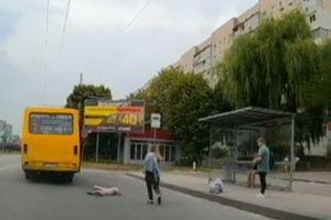 Во Львове ребенок выпал на дорогу из тронувшейся маршрутки