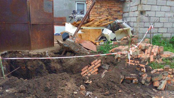 Итог. «Нелегалам» отключили свет и воду, а перед двором вырыли ямы. Фото: М. Журавель